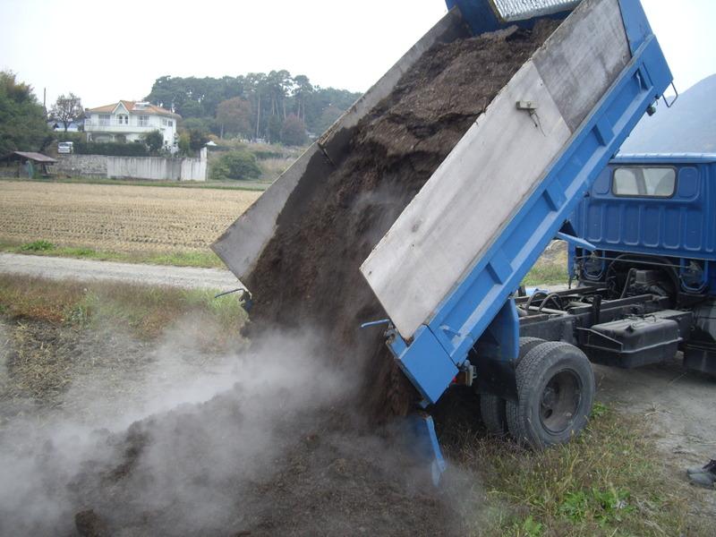 生命力ある土づくり準備着々 堆肥を投入